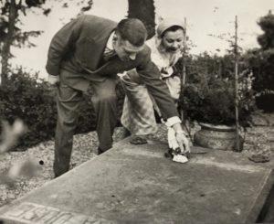 Laurence Olivier e Vivien Leigh rendono omaggio alla tomba di Eleonora Duse ad Asolo 1957 Venezia Fondazione Giorgio Cini